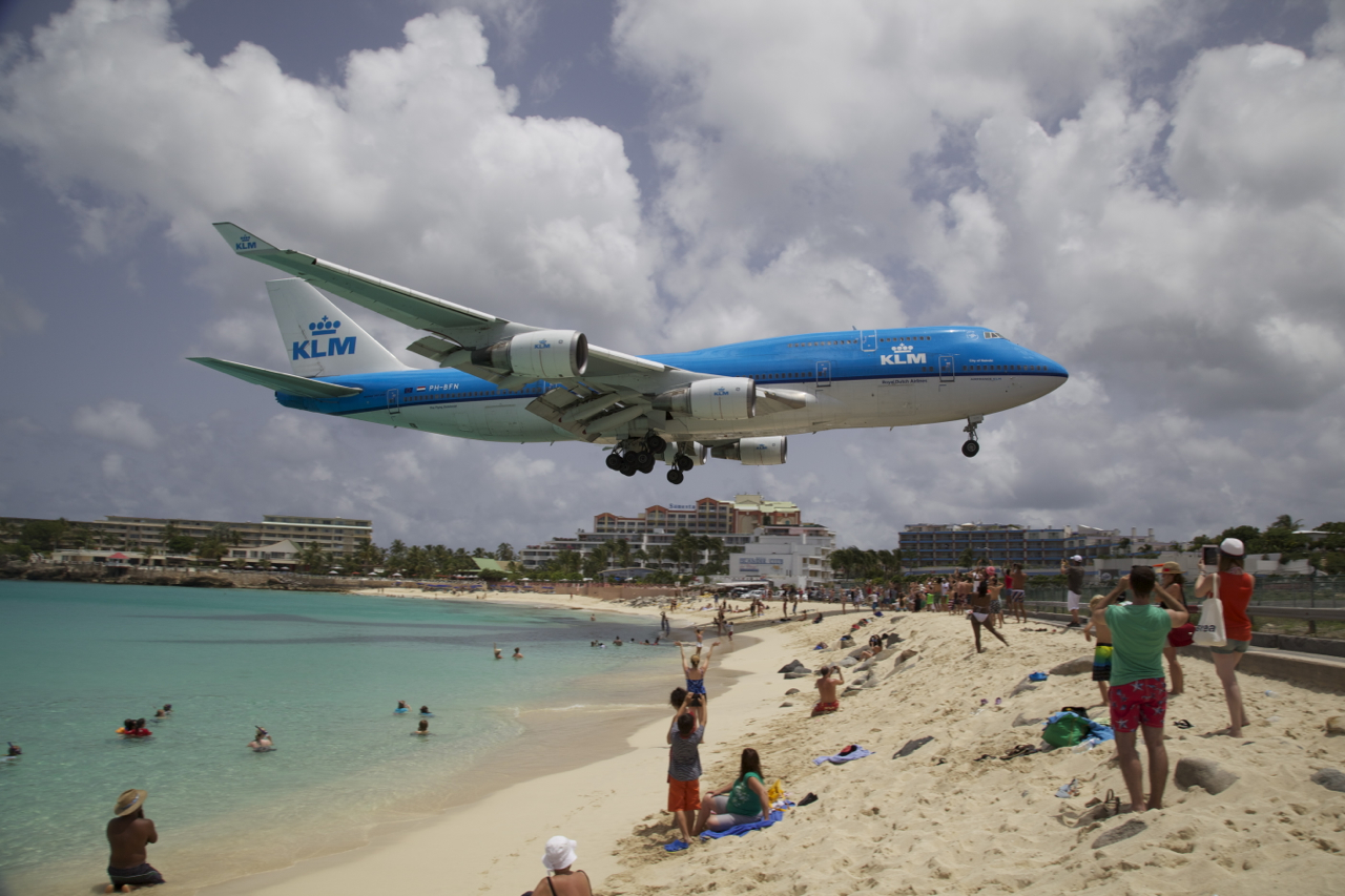 KLM 747 Landing at St Maarten Beach